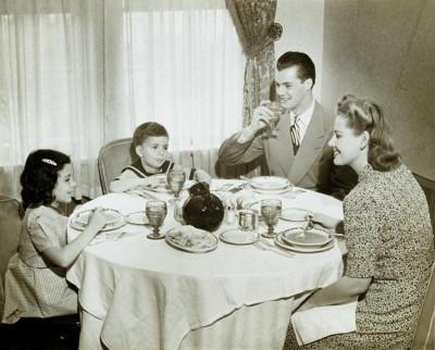 vintage-family-dinner-e1283721457662