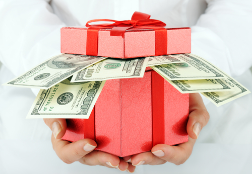 ASK THE EXPERT: Should a Wedding Gift Cover the Cost of the Guest's Plate?