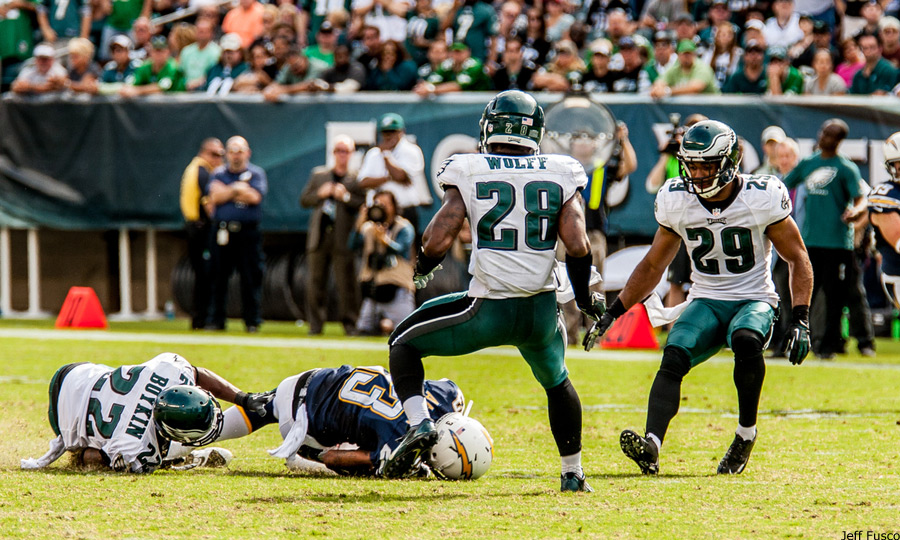 Eagles Safety Earl Wolff defends against Chargers