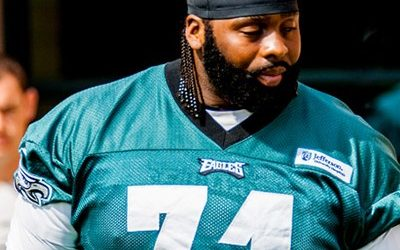 Eagles Tackle Jason Peters without helmet at practice