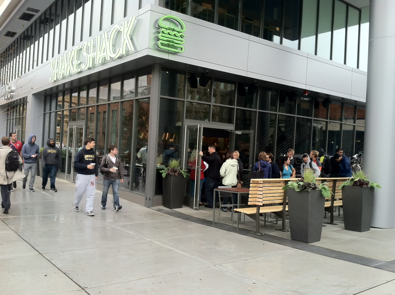 shake-shack-line-out-door