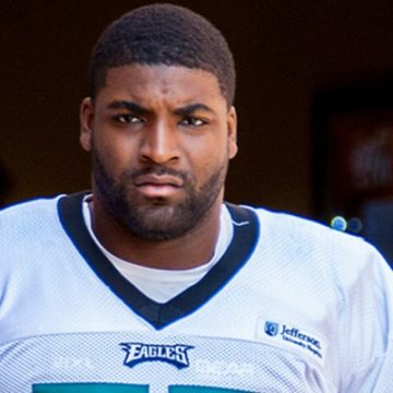 Eagles DE Vinny Curry helmet off at practice looking at camera