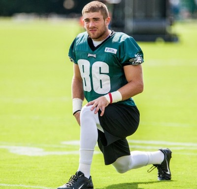 Eagles TE Zach Ertz stretching at practice