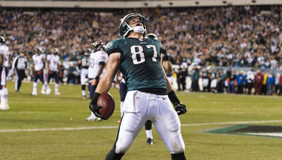 Brent Celek scores in the first quarter.