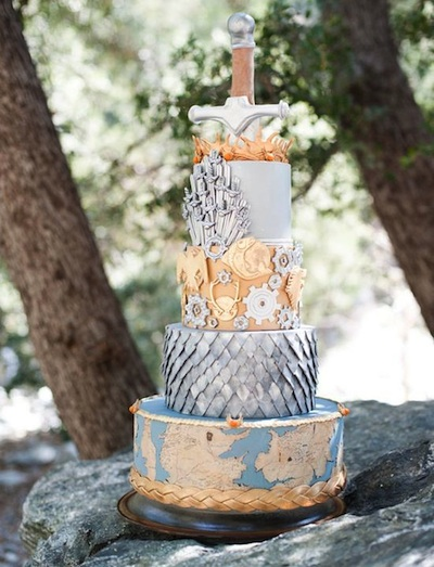 This Game of Thrones wedding cake is awesome, is it not? Photo via Pinterest.