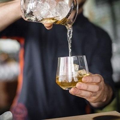 bar-volver-pouring-400