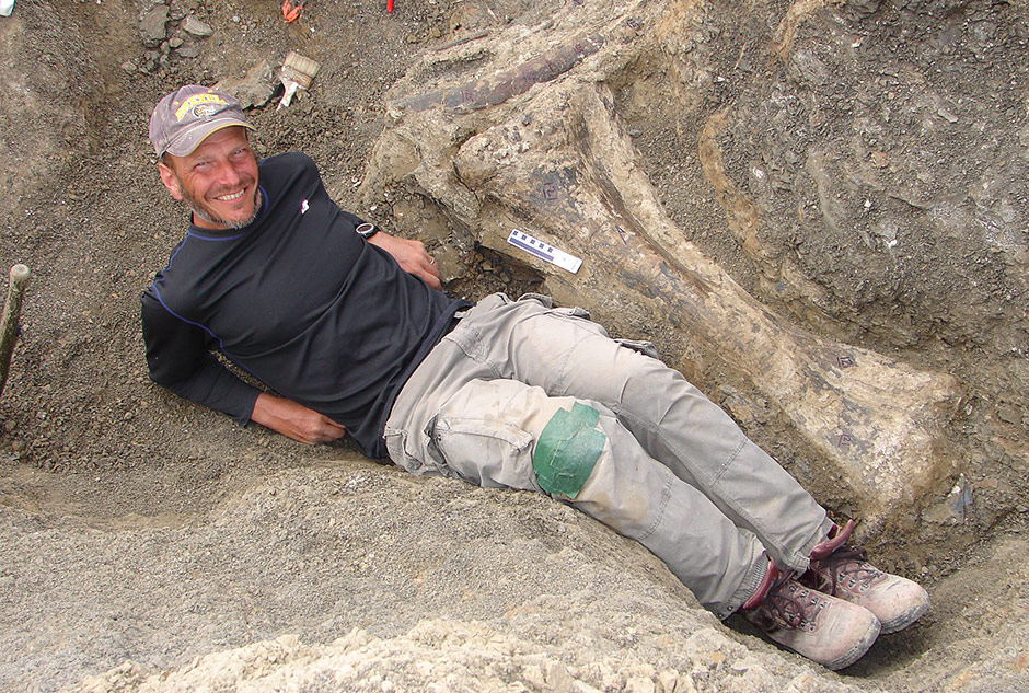 Ken Lacovara, next to the dinosaur's right tibia