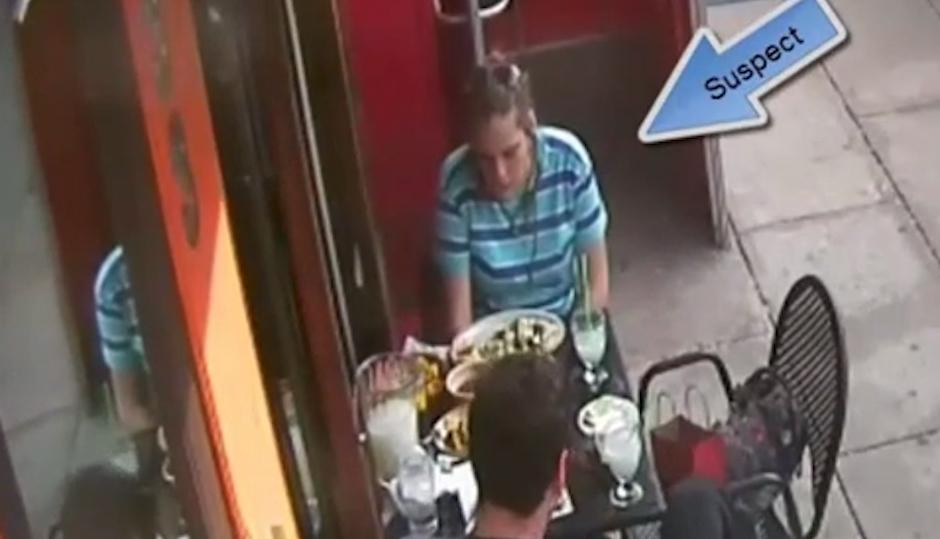 woman-steals-gun-cantina-dos-segundos