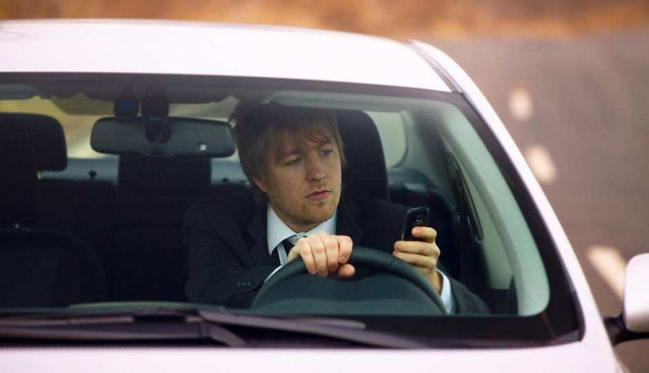 shutterstock_texting-turn-signals-940x540