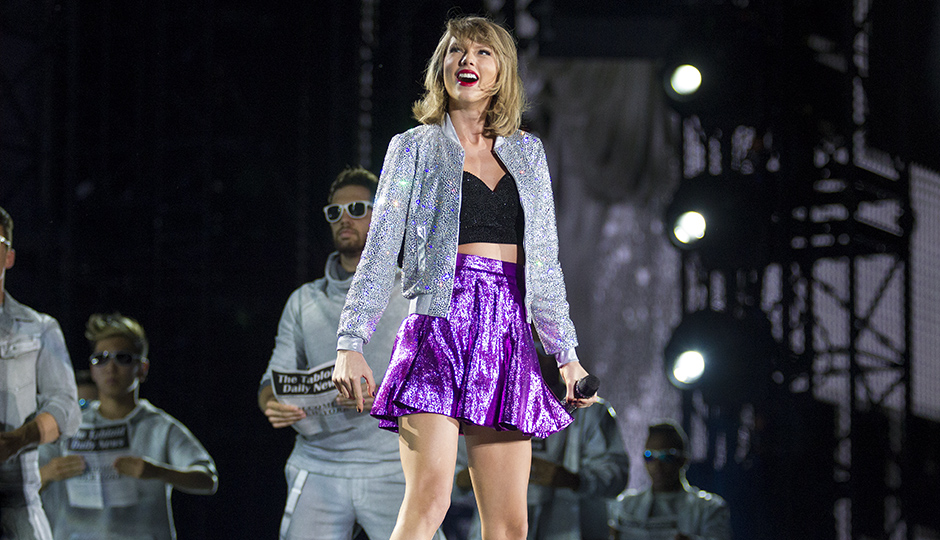 Review Taylor Swift Brings Down Home Charm To Lincoln Financial Field