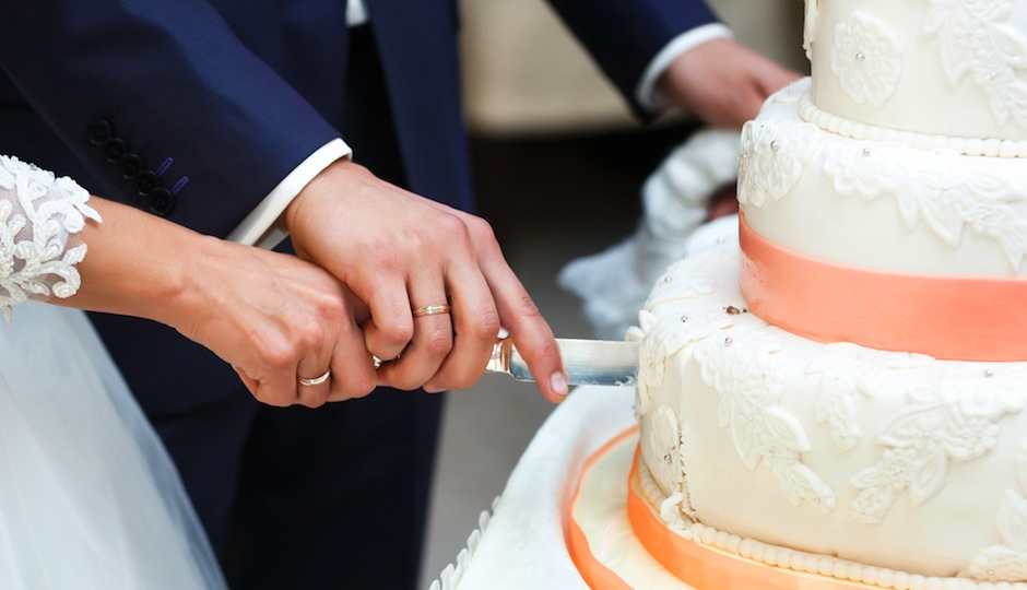 Does Having a Fake Wedding Cake—and Serving Your Guests Sheet Cake ...