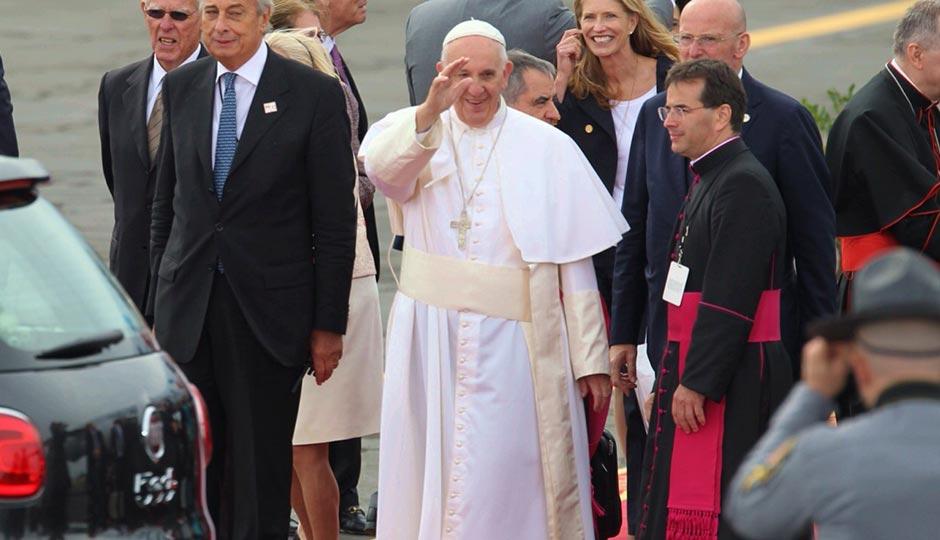 pope-arrival-crowd-wave-jeff-fusco-940x540