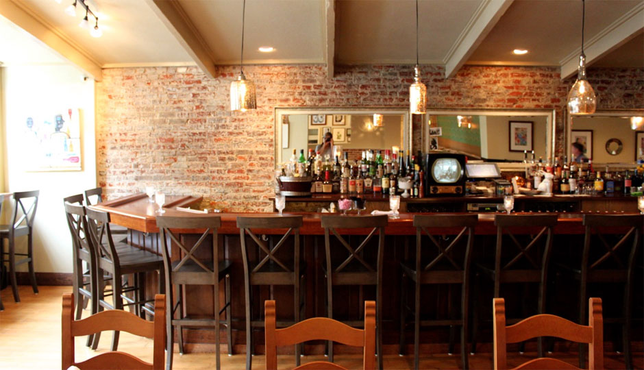 The bar and vintage Admiral TV at Coeur | Photo by Emily Teel