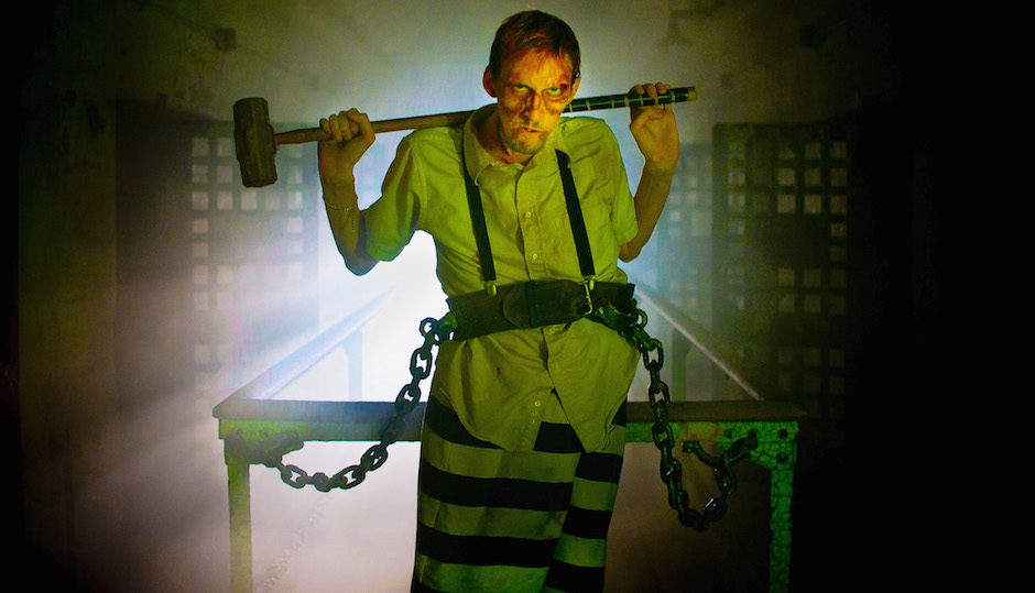 Hammer-happy prisoner at Terror Behind the Walls