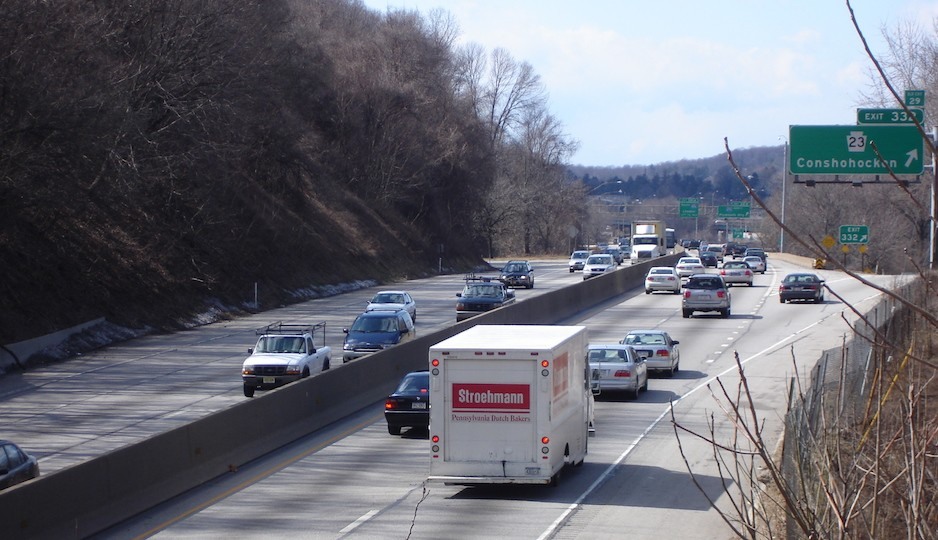 The Schuylkill Expressway westbound at the Conshohocken exit. A proposal to allow driving on the shoulder at peak hours may run into a few roadblocks. Photo | Krimpet via Wikimedia Commons, used under CC-BY-SA-3.0