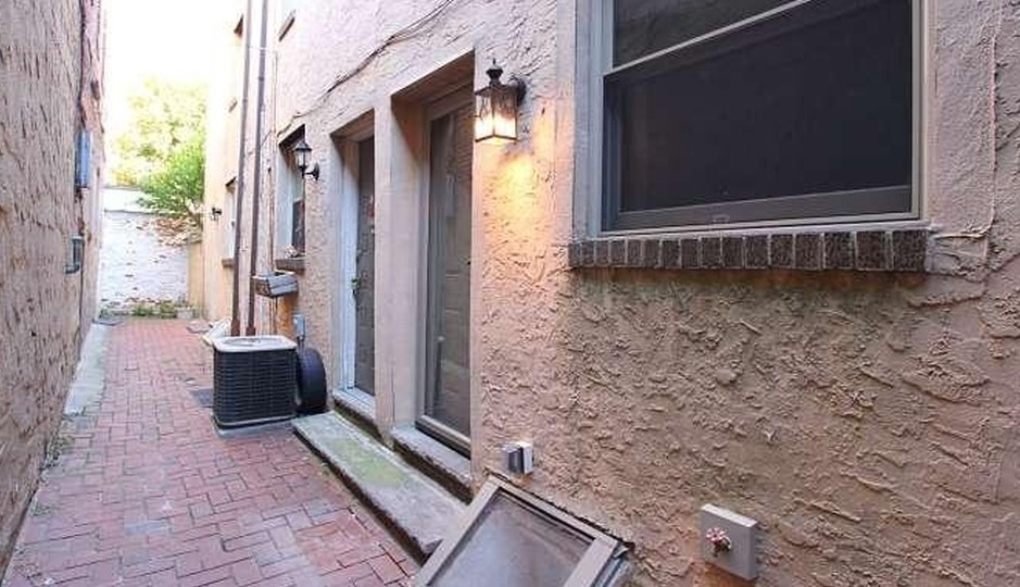 The front courtyard of 617 S 7th St.