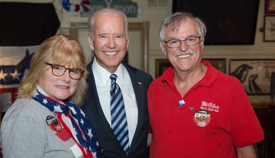 Mary Ellen Mullins and Chris Mullins Sr. with Vice President Joe Biden at McGillin's Olde Ale House in Philadelphia, Pennsylvania, July 27, 2016 during the DNC. (Official White House Photo by David Lienemann)