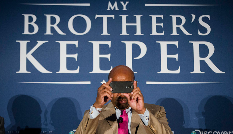 Michael Nutter looks through a smartphone
