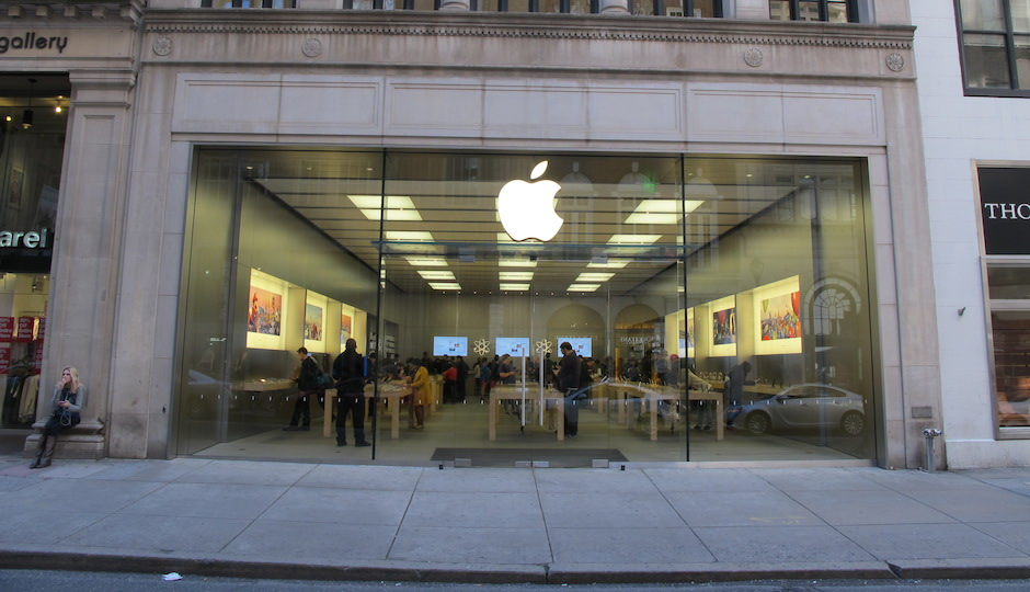 The Rittenhouse Square Apple Store on Walnut Street. (Photo by Sophia Pizzi)
