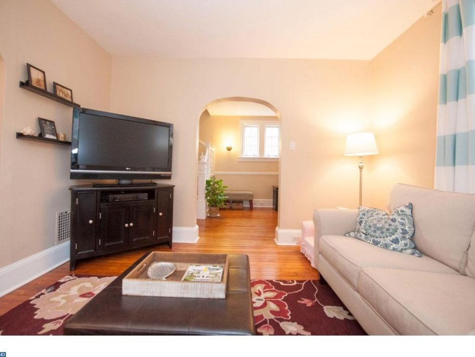 Main line monday a classic in bryn mawr for 425k for Living room on main